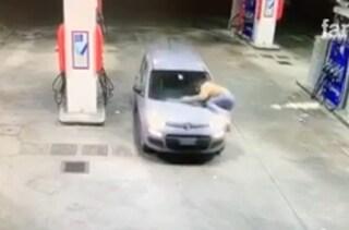 Milano, le rubano l'auto mentre fa benzina e cercano di investirla: ripresi dalle telecamere