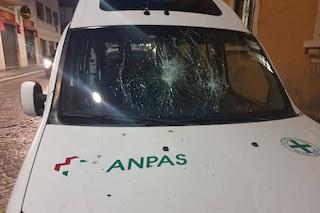 """Milano, vandali prendono a sassate ambulanza della Croce Verde: """"Chi ha visto qualcosa ci aiuti"""""""
