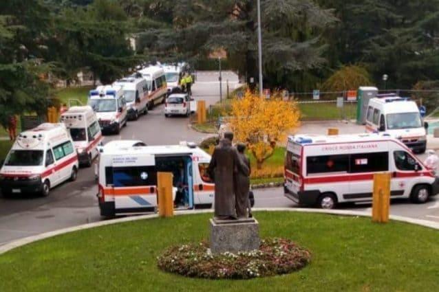 La coda di ambulanze fuori dell'ospedale Fatebenefratelli di Erba in attesa di trasferire i pazienti