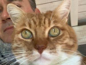 Alessandro V. e il suo gatto Arturo (Foto da Facebook)