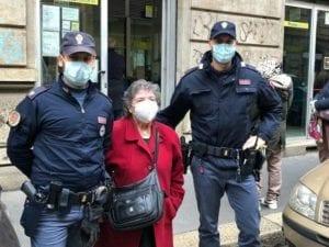 La signora Giovanna e i poliziotti che l'hanno aiutata (Foto: Questura di Milano)