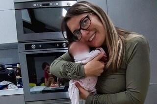 """Mamma positiva al Covid abbraccia la figlia nata prematura 19 giorni dopo il parto: """"Che emozione"""""""