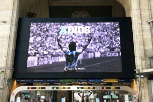 Lo schermo dedicato a Diego Armando Maradona in stazione Centrale a Milano