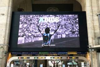 Anche Milano omaggia Maradona: in stazione Centrale un maxischermo dedicato al calciatore argentino