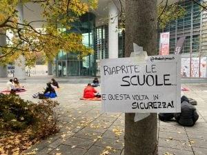La protesta di alcuni studenti sotto la sede della Regione Lombardia