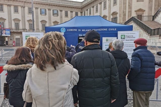 La fila davanti al tendone di Piazza Duomo (MiaNews)