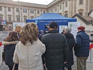 Caos vaccini a Milano: anziani in coda in piazza Duomo, ma le dosi sono solo per chi ha prenotato