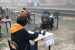 Mantova, studenti sfidano la nebbia: la protesta fuori dalla scuola contro la didattica a distanza