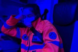 """""""Si crolla ma non si molla"""": la foto della soccorritrice che dorme in ambulanza diventa virale"""