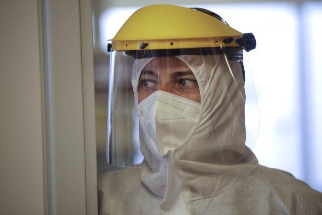 Un infermiere dell'ospedale di Circolo di Varese (AP Photo/Luca Bruno)