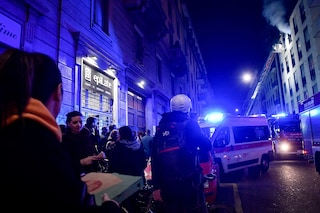 Milano, gang massacra di botte un uomo dentro un bar: trovato dalla polizia in una pozza di sangue