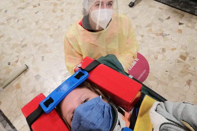 La foto di Elena Vergani scattata nel pronto soccorso poche ora dopo la tentata violenza a Milano