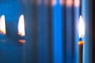 Lumini alle finestre nella notte di San Silvestro: luci per ricordare le vittime del Covid