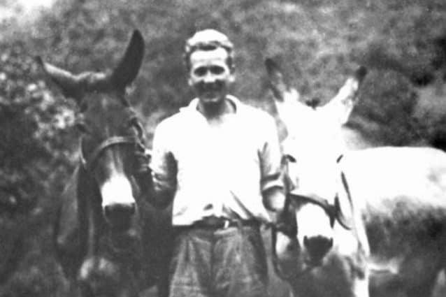 Foto d'epoca di Ottavio Mazzoleni con i suoi due asini utilizzati come primi mezzi di trasporto (Foto dal sito dell'azienda Mazzoleni Ottavio & c.