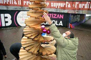 Milano, albero di Natale del quartiere incendiato a Capodanno: i residenti lo risistemano