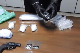 Milano, 43enne arrestato per la terza volta in 5 anni: in casa armi, droga e 122mila euro
