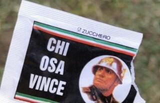 Il volto di Mussolini su bustine di zucchero: bufera su un bar di Besana Brianza