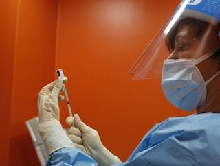 Vaccino Covid in Lombardia, già 217mila gli over 65 registrati sul portale di Poste