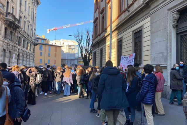 Gli studenti fuori dal Manzoni (Foto: Fanpage.it)