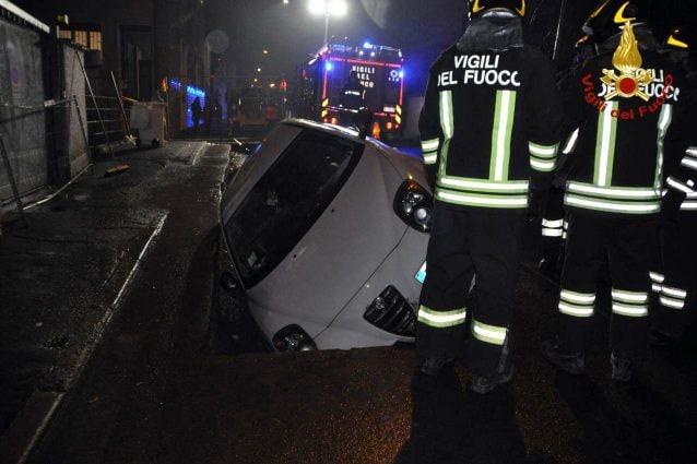 L'auto finita nello scavo a Trezzano (Foto: Vigili del fuoco)