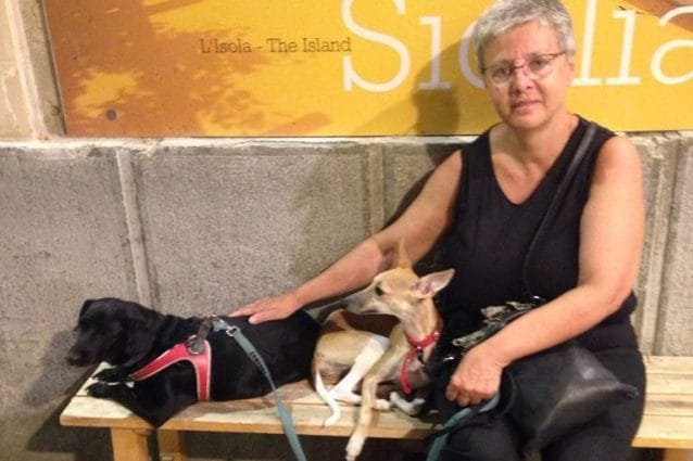 Cristina Galletti e il suo cane Chloe (il secondo da sinistra), morto fulminato