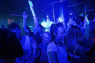 Festa illegale in un disco-club della movida a Milano, in 30 ballano senza mascherina: multati