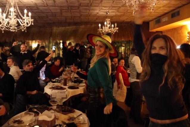 Una foto della festa di ieri sera in un ristorante di Milano (Fonte: Fanpage.it)