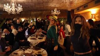 Milano, cenano e ballano in un ristorante violando le regole: identificate 90 persone