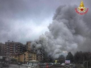 Incendio a Malgrate, palazzo avvolto dalle fiamme: salvati gli abitanti bloccati sui balconi
