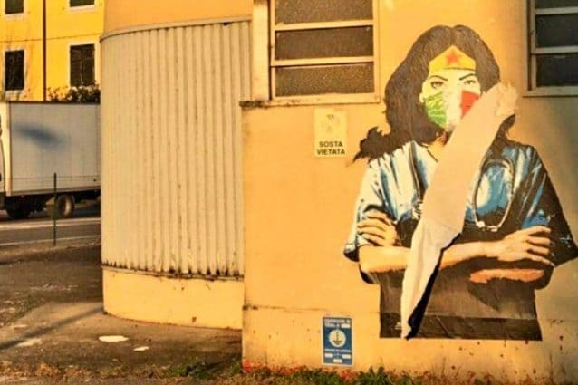 Il murales dell'infermiera Wonder Woman (Fonte: Facebook)