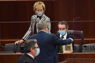 L'assessora Letizia Moratti al Pirellone con una delle mascherine sotto inchiesta