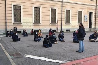 """Milano, studenti occupano il liceo Manzoni in protesta contro la dad: """"Ci siamo ripresi la scuola"""""""
