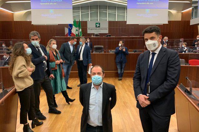Il consigliere di + Europa Michele Usuelli in ginocchio durante la seduta del Consiglio regionale (Foto MiaNews)