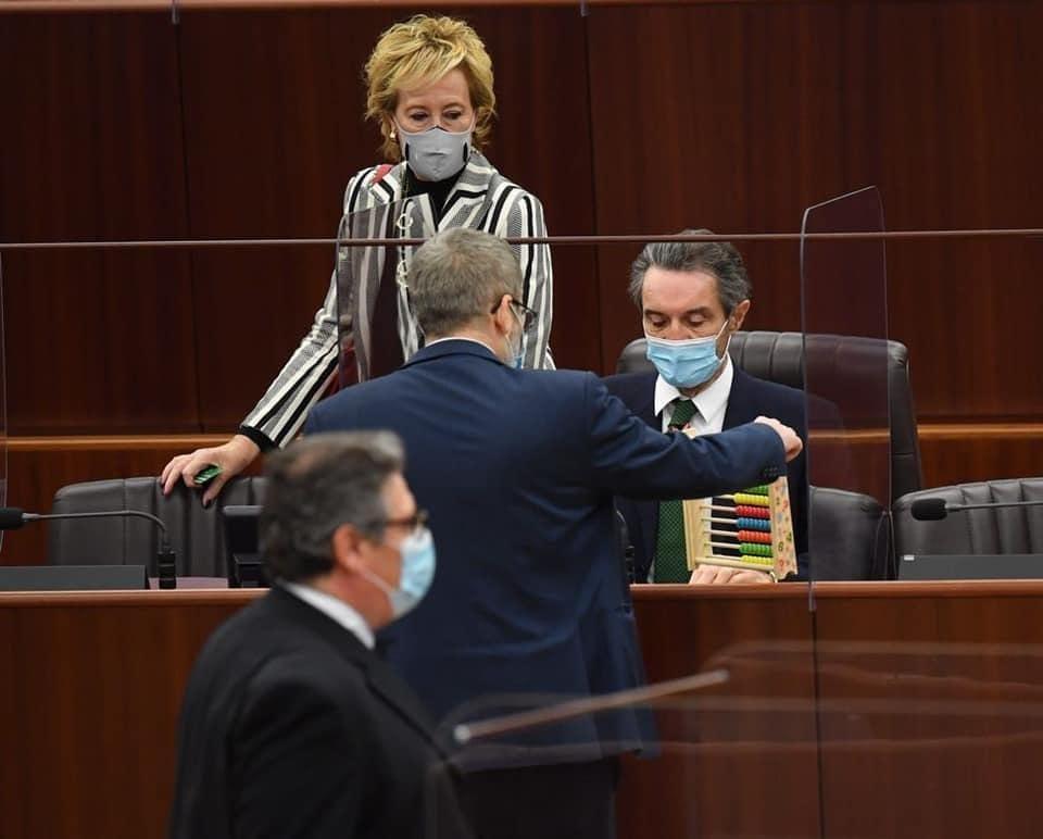 Il pallottoliere consegnato da Bussolati a Fontana (Foto MiaNews)