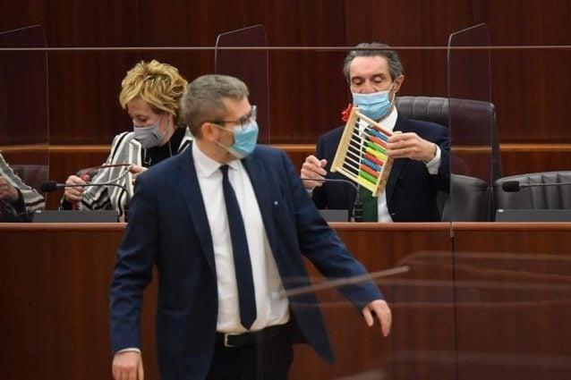 Il consigliere regionale del Pd Bussolati ha regalato un pallottoliere a Fontana (Foto: MiaNews)