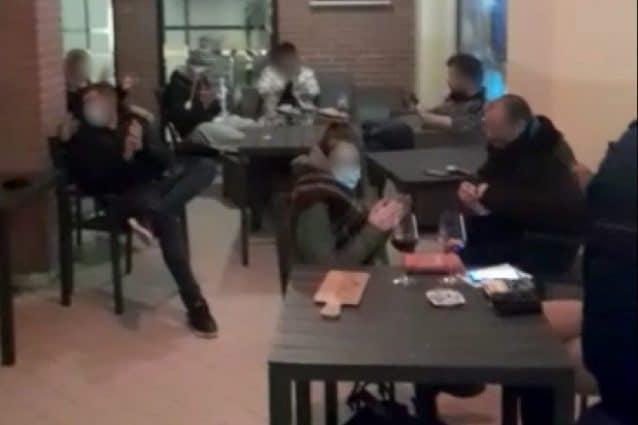 Alcuni clienti seduti fuori dal bar multato (Fonte: Facebook)