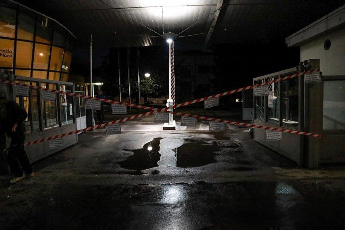 Un'altra foto dei cancelli bloccati all'Ufficio scolastico di Milano (Fonte: Facebook)