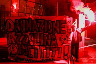 """Protesta degli studenti a Milano, bloccato l'ingresso del Miur: """"Voi ci chiudete, noi vi chiudiamo"""""""