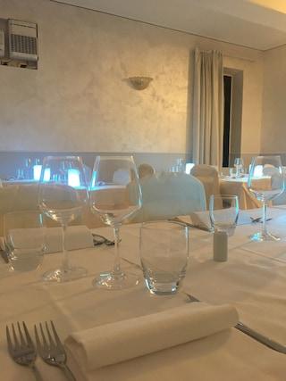 In 8 seduti al tavolo per cena: clienti multati e disco-pub chiuso alla vigilia della zona gialla