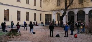 Milano, protesta contro la didattica a distanza: studenti occupano il cortile del liceo Tito Livio