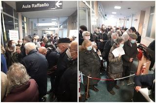"""Anziani in coda al freddo per il vaccino Covid a Varese: """"Protetti per mesi e ora tutti assembrati"""""""