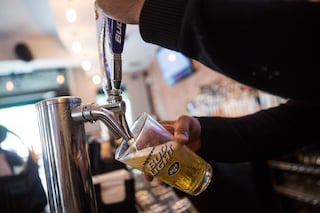 Barista si rifiuta di servire la birra per non violare le misure anti Covid ma viene preso a pugni