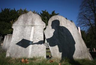 Al cimitero non c'è posto per i musulmani: bimbo morto a 8 anni resta senza sepoltura