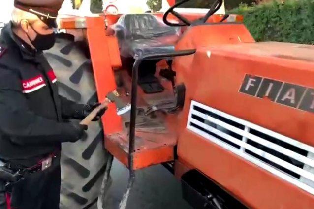L'accetta e il trattore utilizzati dall'uomo (Fonte: carabinieri di Brescia)