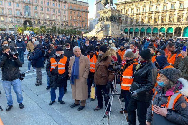 L'ex generale Pappalardo con i gilet arancioni in piazza Duomo a Milano (Foto: Giancristofaro/Fanpage.it)