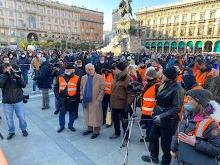Flop dei gilet arancioni a Milano: in poche decine con l'ex generale Pappalardo (senza mascherina)
