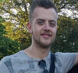 Ha un malore, cade a terra e viene investito da un'auto: morto un aspirante chef di 24 anni