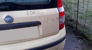 """Rosate, sull'auto di una famiglia di origine ebraica appare la scritta """"Forza Hitler"""""""