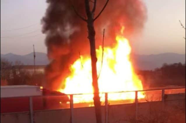 L'incendio sulla A4 dopo lo scontro tra due mezzi pesanti