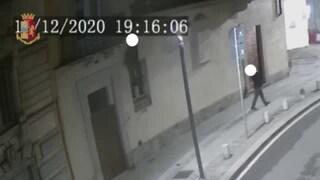 Milano, ladro cerca di calarsi dal tetto con una corda ma precipita: è grave